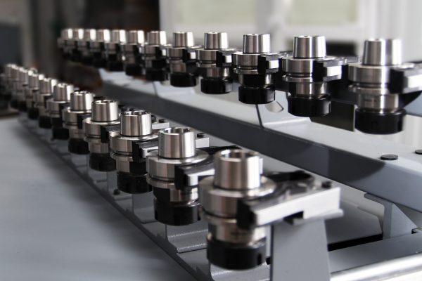 Frezarka CNC - magazynek narzędzi liniowy dwurzędowy